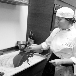 Josefine Baummann, årets konditor 2011 visar hur man tempererar ner chokladen genom att svepa den över en sval marmorbänk