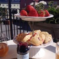 Lyxfrukost med jordgubbsscones!