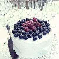 Klassisk gräddtårta med färska bär och kardemumma!